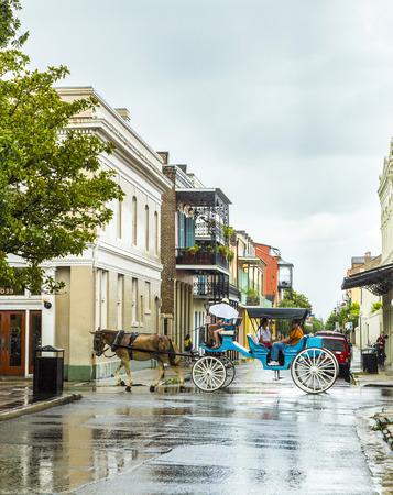 NOUVELLE-ORLÉANS - 15 JUILLET 2013: les gens font un voyage en calèche dans l'ancien quartier français de la Nouvelle-Orléans. Banque d'images - 58094835