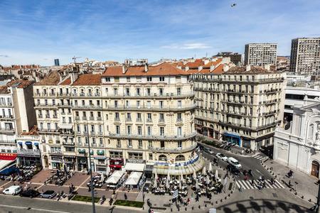 pflegeversicherung: MARSEILLE; FRANKREICH - 29. M�rz 2015: Blick auf die historische Promenade am alten Hafen von Marseille.