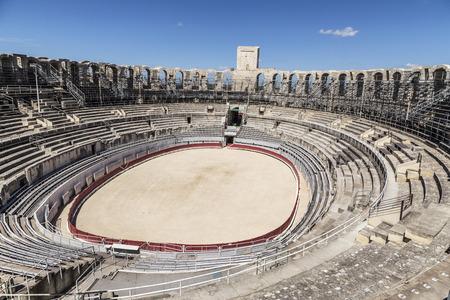 corrida de toros: Arles, Francia AUG - 21 de, 2016: fin de la arena famosa en Arles, Francia. La arena de edad todav�a sirve como estadio para las corridas de toros.