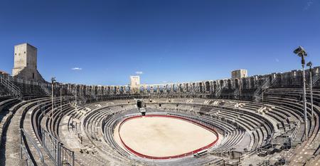corrida de toros: Arles, Francia AUG - 21 de, 2016: fin de la arena famosa en Arles, Francia. La arena de edad todavía sirve como estadio para las corridas de toros.