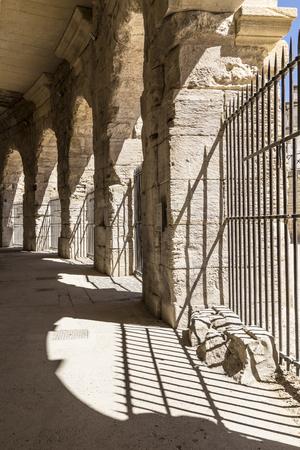 corrida de toros: paredes viejas en arena en Arles, Francia Foto de archivo