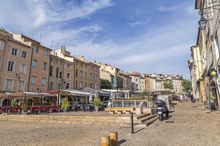 AIX EN PROVENCE, FRANCE - 19 août 2016: les gens profiter de la place centrale du marché à Aix en Provence. La place du marché est entouré de vieux bâtiments du 18ème siècle.