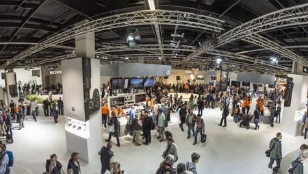 KÖLN, DEUTSCHLAND - 21. September 2016: Die Menschen, die Photokina in Köln besuchen. Die Photokina ist die Messe führende Welten für Fotos und Videos.