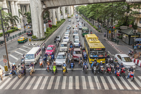 BANGKOK, TAILANDIA - 6 MAGGIO 2009: le automobili si fermano ad un semaforo ed aspettano la luce verde alla strada di Sukhumvit a Bangkok. L'ingorgo stradale è un grave problema di trasporto a Bangkok.