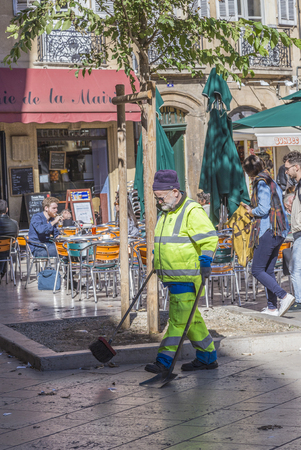 ville: AIX EN PROVENCE, FRANCE - OCT 19, 2016: street sweeper cleans the street at the historic central place in front of the hotel de ville in Aix en Provence, France.