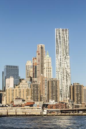 NEW YORK, DE VS - OCT 23, 2015: mening aan de bouw van wolkenkrabber Algemene Motos en Beekman-toren in lager Manhattan. Beekman is 265 m hoog, algemene motoren zijn 215 m hoog.