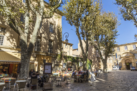 ville: AIX EN PROVENCE, FRANCE - OCT 19, 2016: people enjoy sitting in a  typical outdoor bar at place de l hotel de la ville in Aix en Provence. Editorial