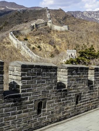 muralla china: China de pared en un día de niebla con vistas a las montañas Foto de archivo