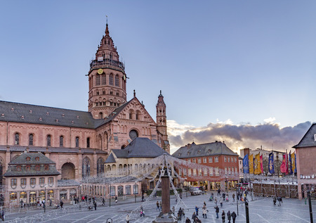 Mainz, Germany - NOV 19, 2016: christmas market atSt. Martins Cathedral in Mainz (in German: Mainzer Dom) that represents the highest point of Romanesque cathedral architecture in Germany. Redakční