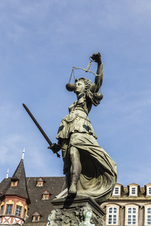 derecho romano: lady justice at the roemerberg under blue sky Foto de archivo