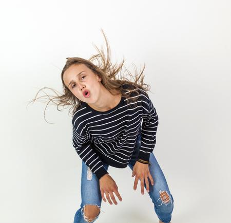 pubertad: chica de belleza joven que vuela en salto con el pelo castaño Foto de archivo