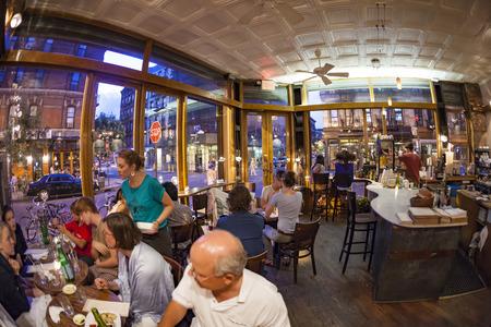 NEW YORK, USA-9 juli 2010: Toeristen en lokale mensen genieten van het restaurant in de Orchard straat in New York. Het gebied was eerst bekend als Klein Duitsland, later een Joodse enclave.