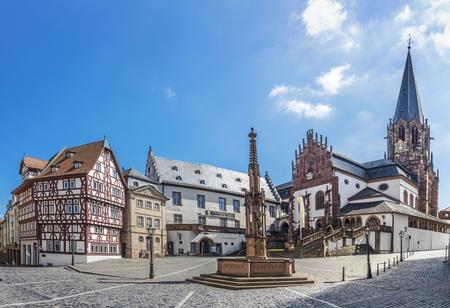 유명한 오래 된 Stifts Basilika Aschaffenburg, 바바리아, 독일에서 Stiftskirchenplatz