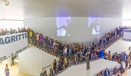 FRANKFURT, DUITSLAND - 6 MEI, 2017: mensen zijn lid van het museumavond 2017 in Frankfurt. Ongeveer 50 deelnemende musea en galerijen houden de deuren open tot laat in de nacht.