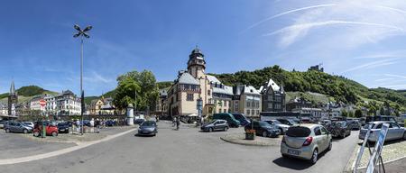 BERNKASTEL-KUES, DUITSLAND - MEI 25, 2017: de mensen parkeren bij de parketplaats met mening aan oude historische stad van bernkastel-Kues op een de zomerdag.