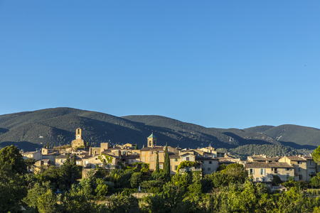 scenic view to the village of Lourmarin in the Provence, France 版權商用圖片