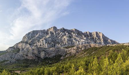 famoso monte sainte-victoire en la Provenza, la montaña Cezanne