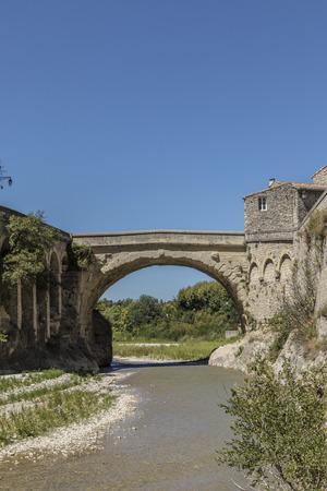로마 다리와 vaison la romaine의 구시 가지보기 스톡 콘텐츠