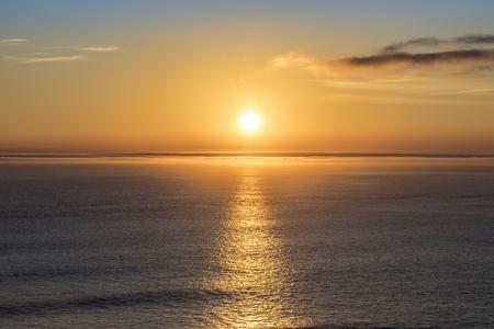Romantische zonsondergang in de Atlantische Oceaan gezien vanaf Gay Head kliffen op het meest westelijke punt van Martha's Vineyard in Aquinnah, MA, Verenigde Staten Stockfoto - 87154603