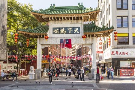 ボストン、米国 - SEP 29 2017: ボストンのチャイナタウンのストリート ライフ。この区域は米国で最も古い中国の都市の 1 つと peope 中国の門から入る