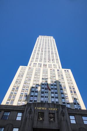 ニューヨーク、米国 - 2017年10月5日:マンハッタン、ニューヨークのストリートレベルからエンパイアステートビルのビュー。 写真素材 - 91156469