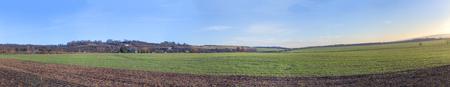 Panoramablick des Feldes in der Winterzeit in Thüringen, Harz, Deutschland Standard-Bild - 92158574