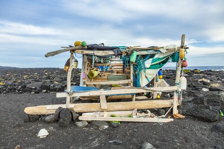 Abandoned fisherman hut at the beach in Timanfaya national park Imagens
