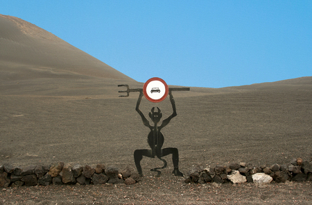 el diabolo in Lanzarote, the stop sign for tourists to enter the Timanfaya national park Banque d'images - 104651002