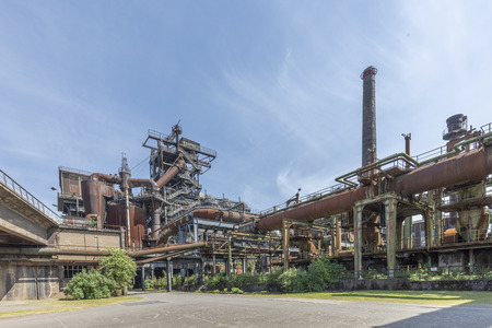 Disused blast furnace plant in Duisburg, Ruhr area district industry ruins Stockfoto - 114534330