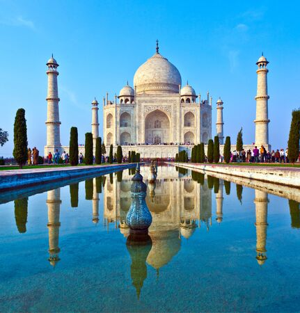 AGRA, INDIEN - 15. NOVEMBER 2011: Leute besuchen das schöne Taj Mahal in Indien mit blauem Himmel