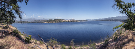 scenic landscape of Lake Cachuma and surrounding mountains in California 免版税图像