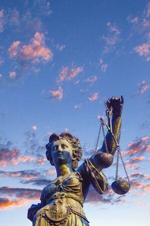 Statue der Richterin vor dem Romer in Frankfurt - Deutschland Standard-Bild