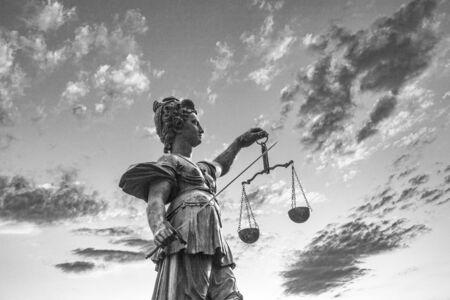 Statue der Justitia vor dem Römer in Frankfurt mit dramatischem Himmel