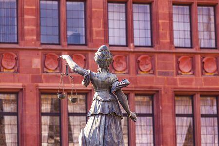 Statue der Richterin vor dem Romer in Frankfurt - Deutschland