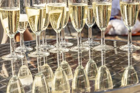 detail of glasses with sparkling wine with reflection at the table Banco de Imagens