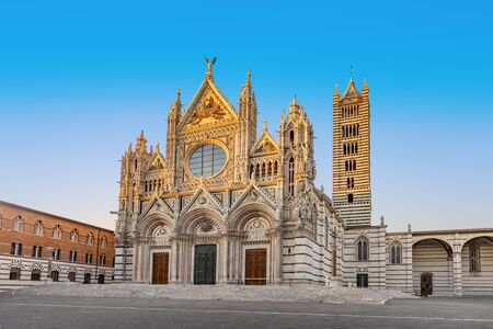 Huge Cathedral in Siena Italy Tuscany, with White and Blue And Gray Striped Marble Round Window, Bell Tower, and Dome 免版税图像