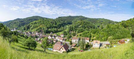 malerische Luftaufnahme zum kleinen Dorf Rombach le France