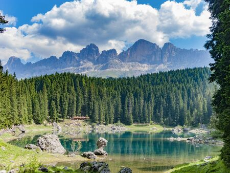 Perfectly clear emerald lake in Dolomites Stockfoto - 133479001