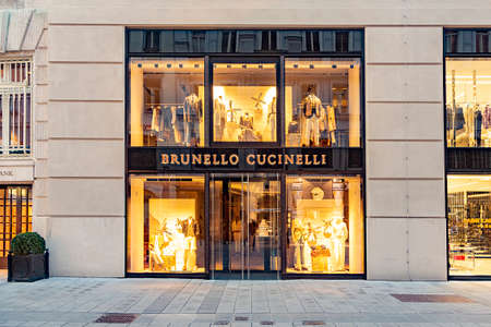 Vienna, Austria - April 25, 2015: foreign tourists from european and arabic countries visit vienna to go shopping in haute couture shops like Brunello Cucinelli and others. Éditoriale