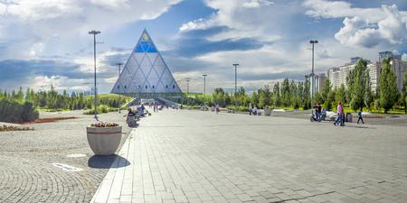 宮殿の平和と和解、平和のピラミッドとの合意として翻訳も。この宮殿は、カザフスタンの首都アスタナにあります。 報道画像
