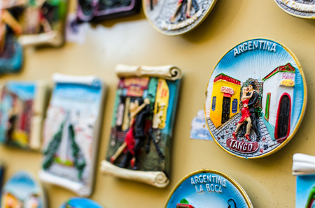 Fridge magnets with traditional tango dancers at a weekend fair in Buenos Aires Reklamní fotografie - 124553288