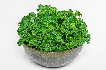 Salade de légumes feuilles de chou frisé dans un bol isolé sur fond blanc