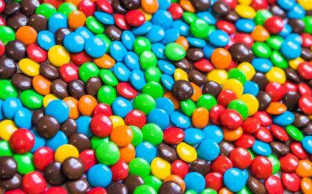 Assortimento di caramelle al cioccolato colorate da dessert. Motivo di sfondo del cibo