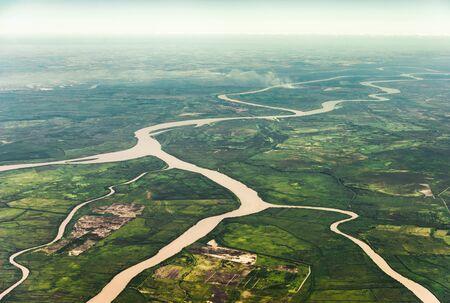 Landschaftsluftbild der bunten Amazonasflüsse, des Waldes, des Dschungels und der Felder
