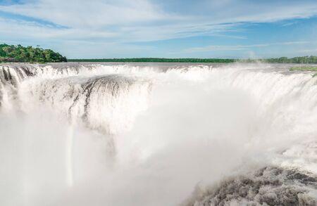 Cataratas de Iguazú en un día soleado de verano. Foto en Argentino, Garganta del diablo