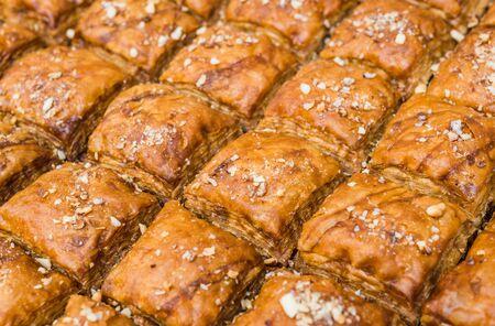 Traditionelles Baklava süßes Gebäck, arabisches Dessertessen auf einem Straßenmarkt.