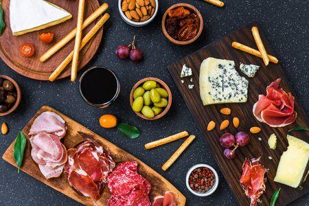 Table d'antipasti et apéritifs avec charcuterie et plateau de charcuterie de fromage