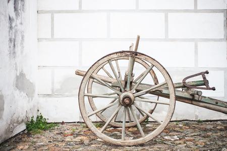 labranza: Vintage Ploughe de madera vieja con el Renacimiento Sgrafito pared en el fondo de fotos Foto de archivo