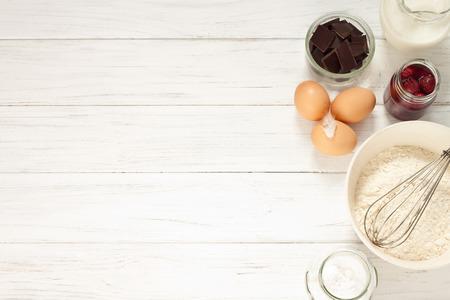 TORTA: Ingredientes para hornear un pastel, vista desde arriba