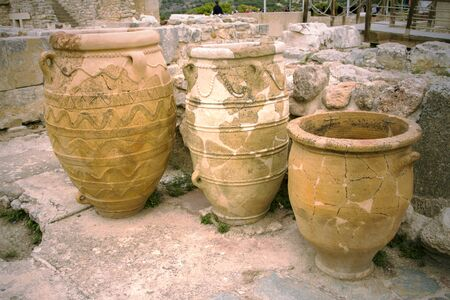 Antique Greek Pithos clay vases, Minoan culture with rope patterns, located in the ruins of Knossos palace. Heraklion, Crete Island, Greece. Ancient food storage vessels. Tree large terracotta pots. Standard-Bild